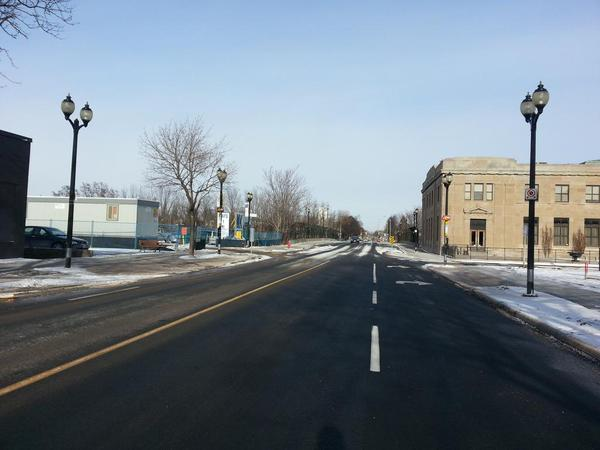 Right-turn lane into LIUNA Station