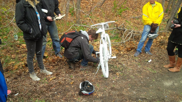 Andrew Hibma locking the ghost bike (Image Credit: Jeffrey Neven)