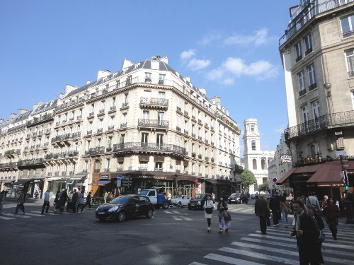 Motorists and pedestrians coexist on Paris streets (RTH file photo)