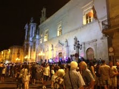 A crowd passes in front of the Palazzo Annunziata, Sulmona